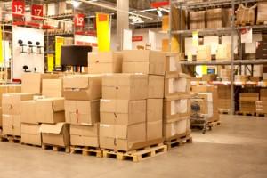 ארגזים מעוכים על פאלט במחסן